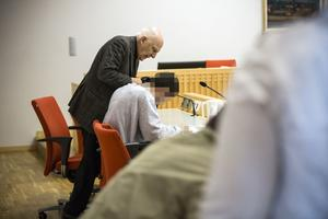 Försvarsadvokat Leif Silbersky med sin klient under häktningsförhandlingen.