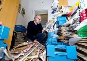 Medieexperten och nyblivne pensionären Pelle Sundberg rensar bland sitt undervisningsmaterial för journaliststudenter på Mittuniversitetet. 40-talet kartonger med kvällstidningar från 1992 och framåt ska bort.