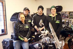 TT Motor drivs av Anna Thyrell och André Thyrell.  Snart flyttar makarna och de två anställda, Paul Hansen och Micke Hjelm, in i gamla Konsums lokaler.