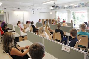 Så här ser arbetsmiljön ut i det nya klassrummet. En avdelare i form av skärm mellan elevplatserna har Kinnarps aldrig tidigare monterat.