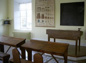 Före. Blindfönster och skolbänkar tog plats där köket och vardagsrummet finns i dag.  Måna har en del bilder på hur skolbyggnaden såg ut när den var i bruk, men hon tar gärna del av fler fotografier som visar hur det såg ut inifrån.