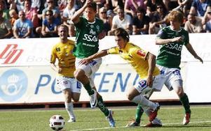 SVÅRSTOPPAD. Falkenbergs försvar hade problem med Johan Eklund, speciellt i andra halvlek.