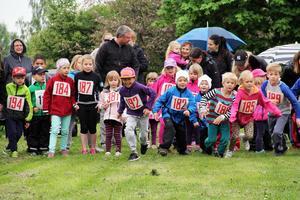 Startskottet har gått i Minimaran. Ett 30-tal barn ställde upp och sprang i år.