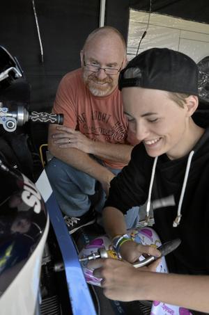 Gillar motorcyklar. För familjen Berggren är det motorcyklar som gäller, här pappa Peter Berggren och dottern Linné Tröjbom Berggren innan start.
