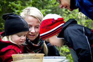 Selma och Marie Dahlin, plus några till, undersökte vilka insekter som bor i Lugnsjön.
