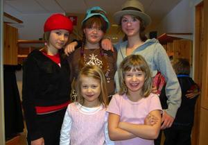Dramagrupp. Jättekul att spela teater och sjunga tyckte de här tjejerna. Marina Back som spelat Emma Zorn, Angelica Larsson som farmor, Michelle Borg i hatt som Zorn själv samt Agnes Olsson och Emma Fridsén som gestaltade Zorns hundar.
