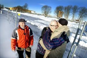 ÄNTLIGEN FICK DE KRAMAS. Bosse Stenbäck har längtat efter att ge sina rädddare en kram och han tog chansen när han för första gången på 58 år träffade dem för att prata igenom de svåra minnena av händelsen då två av deras skolkamrater drunknade i en vak. Dick Simpson (längst till vänster), Bosse Stenbäck och Kurt Hellman stämde träff vid Stenborgskanalen på Brynäs där olyckan skedde en torsdag i januari 1952. I dag pågår muddringsarbeten på platsen.
