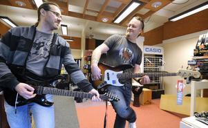 Per Ryberg, till vänster, och Johan Bergkvist har köpt Bollnäs Musikcenter av Tommy Östlund. På torsdag öppnar Musikaffärn, som blir det nya namnet, men det dröjer en dryg vecka till stället är tip top.