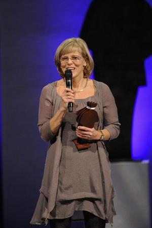 Bildtext 4-5: Ingrid Carlberg fick ta emot priset i fackboksklassen för sin biografi om Raoul Wallenberg. Foto: Erik Mårtensson/Scanpix
