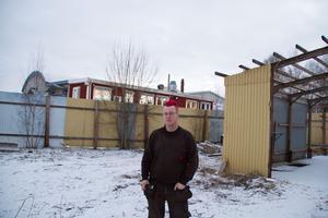 Peter Hedqvist driver företaget Smidesreparationer på industriområdet på Gjuterivägen i Karlbo. Hans företag ska riva det gamla huset precis bakom och bygga nytt för att få plats för en stor kantpress.