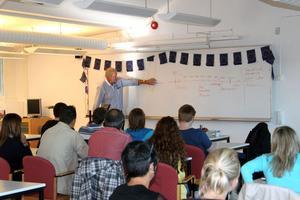 Gunnar Nihlén, vd för ABB industrigymnasium, höll en kortare föreläsning om Sverige för de internationella gästerna.