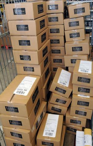 I stora burar läggs paketen med hårvård, innan de hämtas med lastbil och sedan skickas runt om i landet till kunderna. Foto:Sven Thomsen