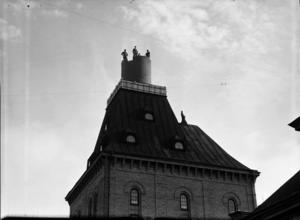 Nils Lundgren hade de flesta uppdragsgivare ute i landet eller till och med i utlandet, men då och då fick han uppdrag även i Gävle. Som här då hans personal bygger en skorsten på den gamla jästfabriken på Öster.
