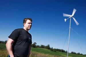 """Petri Plüschke har ett litet vindkraftverk på sin gård. """"Det här är ett mindre verk som de som inte har någon el att tillgå kan använda"""", säger han.   Foto: Lars-Eye Lyrstrom"""