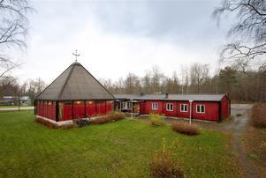 Den före detta kyrkan, ritad av arkitekt Rolf Bergh, uppförd i trä 1972 och ombyggd till destilleri 2011 är nu till salu.