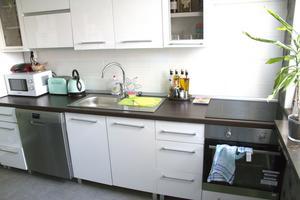 Ett av de nyrenoverade köken på Norbergsvägen. Den här standarden kommer att fixas i alla lägenheter, och sker löpande.