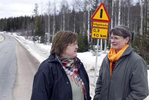 Pendlarna från Stråsjö är oroliga för hur Svartsjövägen ska bli om den åter blir en grusväg igen. Från vänster: Birgitta Helmersdotter och Viveka Klingenberg.