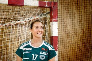 19-årige Jenny Södrén i Norrtälje sportcentrum där hon inledde karriären som åttaåring i HK Ceres.