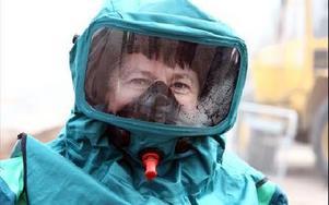 Sirrka Murtokangas är med som sjuksköterska i en övning för första gången. Privat är hon en av dem som överlevde tsunamiktatatrofen i Thailand och har alltid en beredskap för olyckor.-- Vad som helst kan hända på en sekund.Foto: JOHNNY FREDBORG