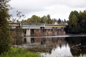 Bron i Brogård. Den här bron behöver rustas ordentligt. En investering krävs på 20-25 miljoner kronor  konstaterar den konsultrapport som kommunens revisorer beställt för att granska tillståndet för det kommnalt ägda vägnätet.