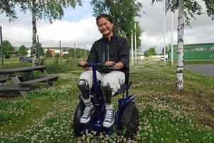 Amanda Segelmark blev på fredagen först i världen med att hämta ut en Addseat byggd på Hedemora Anpassning. Det är ett nykonstruerat fordon som ger funktionshindrade en helt ny rörlighet.