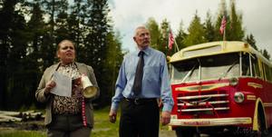 Lena Bengtsson spelar lärare och Per Eng är busschauffören som kör den amerikanska skolklassen i ett namnlöst östeuropeiskt land där de lite oväntat hittar riktiga amerikanska hamburgare. Det hela blir grunden för en Monty Python-inspirerad film med en historia som möjligen är en smula inspirerad av den blodiga musikalen om den demoniska barberaren Sweeney Todd.