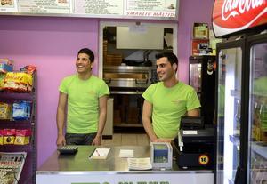 Jawid Rasolly och Alan Mustafa på Timrå online pizzeria tycker att Tallnäs är ett bra område att bo i.