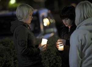 Ungdomar tände ljus utanför polisens avspärrning vid den yrkesskola i finska Kauhajoki där elva elever på tisdagsförmiddagen dödades av en 20 årig elev på skolan.