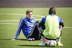 Leo Englund och Pa Dibba har tränat ihop under veckan och, som det sett ut, pratat mycket kring olika matchsituationer.