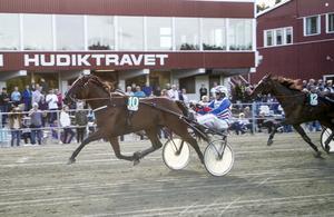 Ove A Lindqvist spurtar till seger med Miss Goblin.