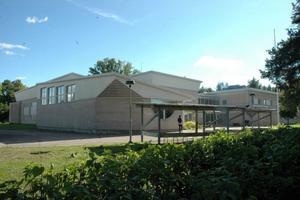 FLYTT. Här i Tierps gamla tingshus ska Tierpspolisen flytta in om drygt ett år. Innan flytten ska man bygga till en del med garage, arrestlokaler och personalutrymmen.