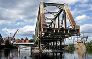 Foto: LEIF JÄDERBERG Ville inte bort. Den gamla bron som nu ligger på pontoner trilskades rejält innan den kunde flottas undan.
