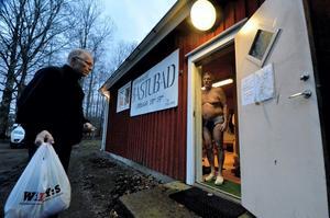 In i värmen. Klaes-Uno Svärd, Viby, hälsas välkommen av Stig Holm.