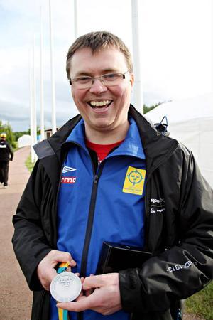 Emil Martinsson tog sin första medalj i VM:s första tävling. Det blev ett silver efter att ungrarern Jozsef Sike var Strömsundsskytten övermäktig. – Nog skulle man vilja ha haft guldet, men han gjorde så pass bra poäng. Man ska ha en riktigt bra dag om man ska göra över det han gjorde, säger Martinsson Foto: Svenska skyttesporförbundet.