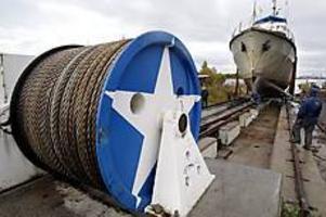 Foto: LEIF JÄDERBERG Spelpremiär. Ett stort elektriskt spel som användes vid bärgningen av lasten från champagnevraket Jönköping i Finland fick göra tjänst när Tjurkö drogs upp på Gerdaslipen.