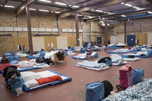 Gympasalar och industrilokaler fylls nu med flyktingar.