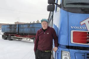 Chauffören Stefan Boberg kör en lastbil som lastad väger 60 ton och han tycker att bör sandas bättre i rondeller och vid rödlysen.