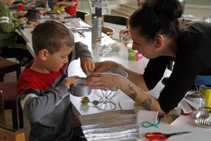 Filip Olsson och Maria Norén hjälps åt att bygga en rymdfarkost.