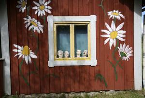 Härliga detaljer. Prästkragar på vägg möter skriande skulpturer i fönster.