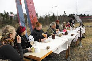 Deltagarna bryter av brödet och dricker ur bägare under den sista måltiden under Viggenplanet.