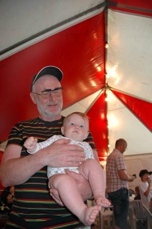 MYSER. Lona Pettersson Routeliuc, 7 månader, trivdes hos farfar Sten-Åke Pettersson.