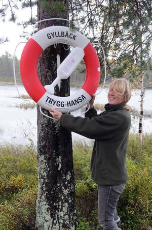 Anne-Lie Gyllbäck konstaterar att den livboj hon och sonen Anders fått av Svenska livräddningssällskapet kommer att pryda sin plats vid Brindsjön.