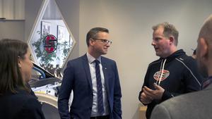 Studiebesök. Näringsminister Mikael Damberg (S) fick veta en hel del om rallycrossbilar av Andréas Eriksson när han besökte OMSE i förra veckan. Med på mötet var bland annat kommunalrådet Anna Ljungdell och representanter för Företagarna i Nynäshamn.
