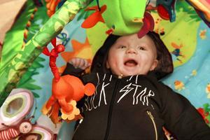 Sune har god aptit på livet. Han älskar att äta och har snabbt växt sig stor. Och babygymmet är en favorit att leka i.