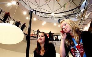 -- Vi hänger här kanske en gång i veckan. Man träffar alltid kompisar här, säger Amelia Dorado, 13 år och Evelin Oinonen, 13 år, från Borlänge. FOTO: TOMAS NYBERG