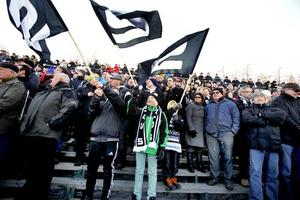 SM-GULd. Saik vann söndagens bandyfinal mot Bollnäs. Insändarskribenten är glad över stödet på finalen, men vill se mer publik i Göransson Arena.