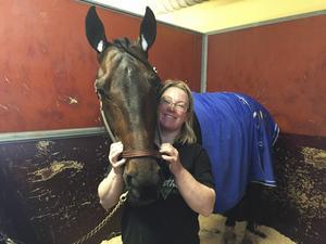 Ebony Boko med sin skötare Camilla Kivinen efter segern i lopp 1 på Solvalla.