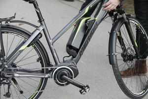 Hur lång tid det tar att ladda upp ett tomt batteri till fulladdat skiljer mycket mellan cykelmärkena, men räkna med ett par timmar.
