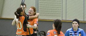 Segerjublet. Rebecca Norman var stor matchhjälte med två mål.