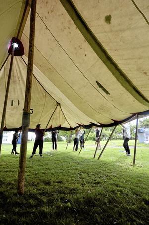 Stort. En hel del av programpunkterna sker i tält som detta. Då behöver man vara många för att resa det. Foto: Jan Wijk